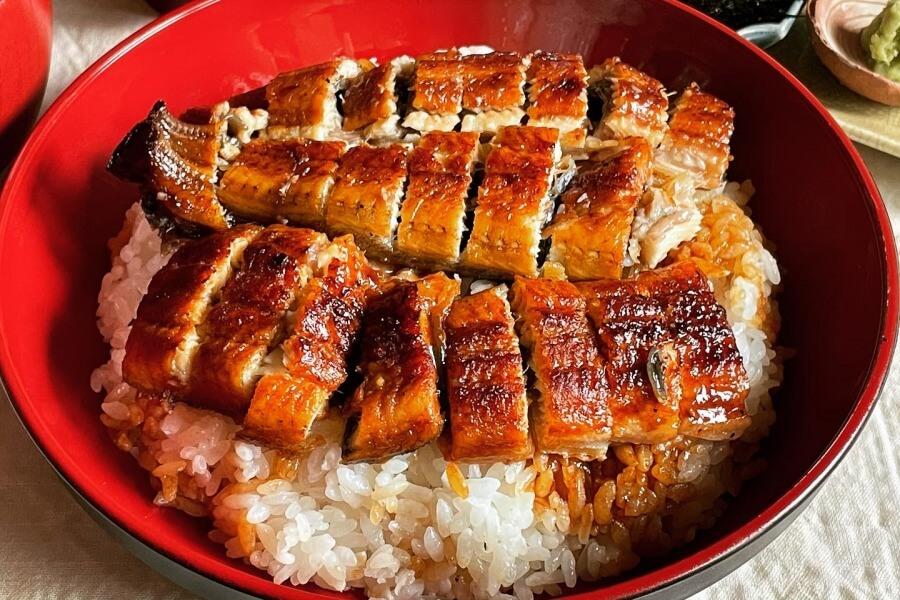 テイクアウトした「特うな丼」を温めなおして、100均の塗り物風丼に盛り付け