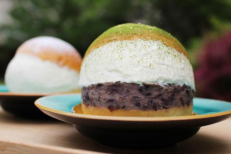 粒あんと生クリームをサンドした「ジャポネ」。豊かな香りの抹茶と、金箔がトッピングされ、京都ならではの高級感を楽しめる。