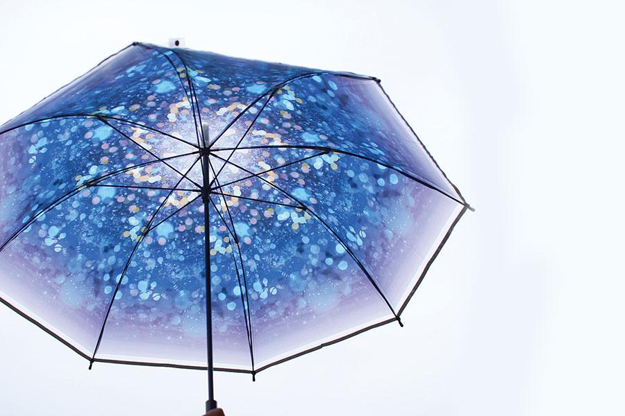 幻想的なブルーの星空が頭上に広がる「ハッピークリアアンブレラ イルミネーション」(968円)