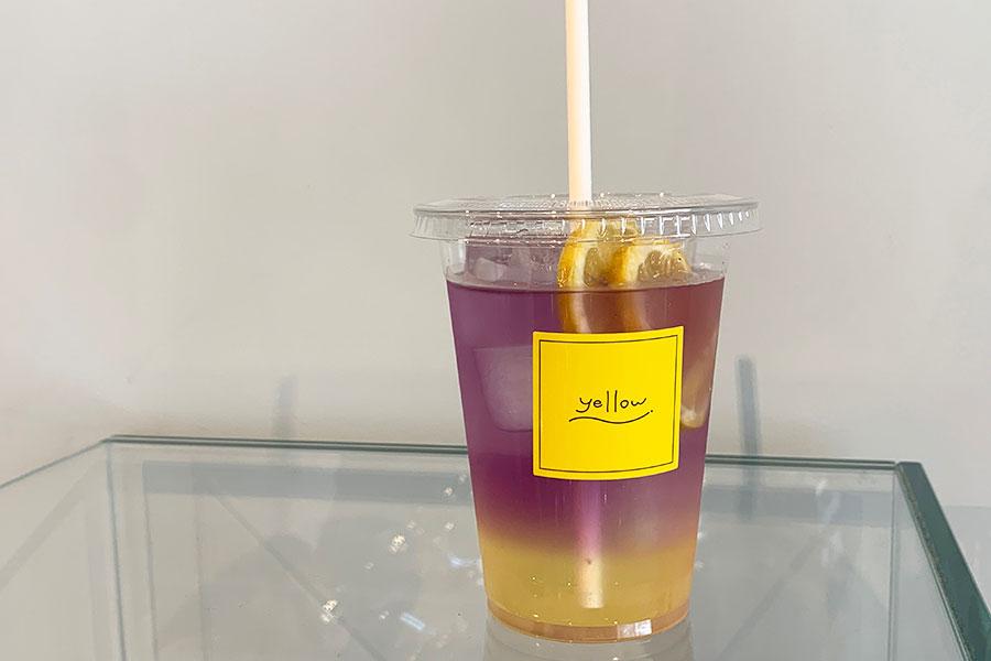 「レモネード」350円。自家製のレモンシロップをバタフライピーのソーダ割りで。イエローとパープルの優しい色あいが映える