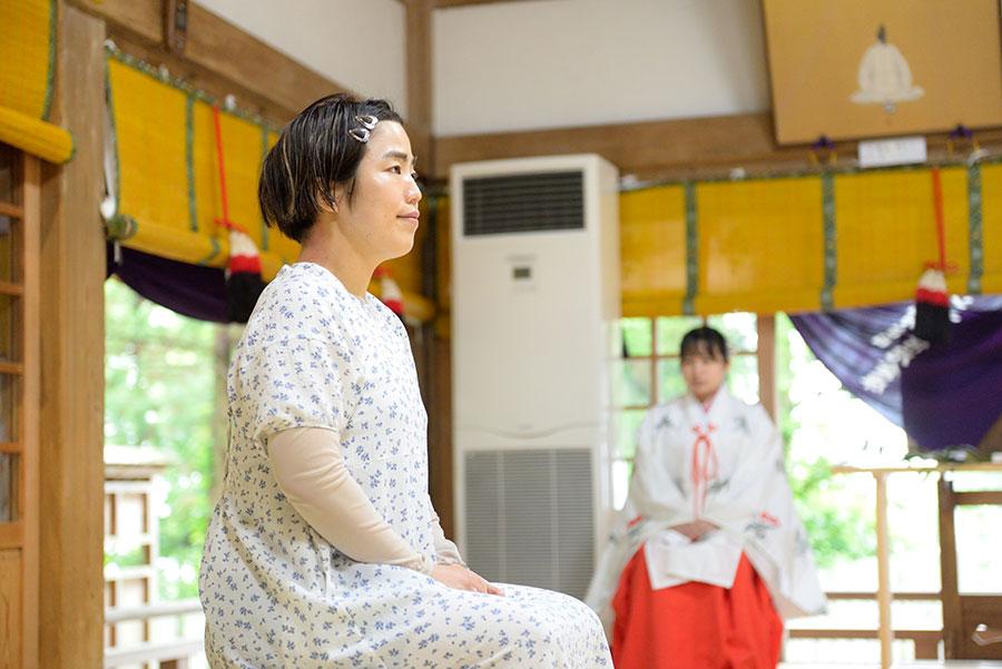ご祈祷をうけるゆりやんレトリィバァ(20日・東大阪市)