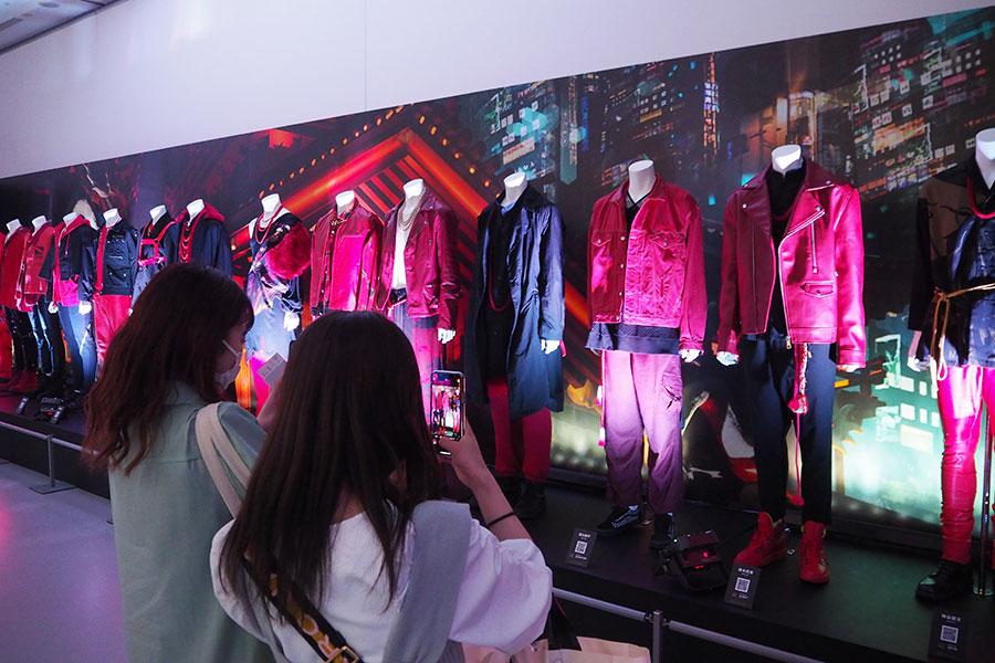 撮影OKなJr.EXILEの衣装・設定資料展示、大阪で開幕