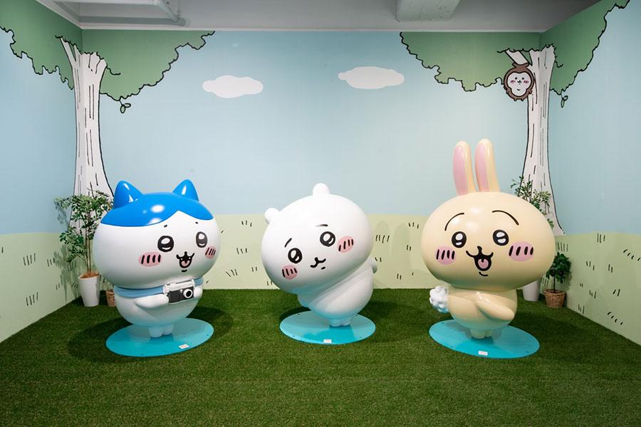大型展覧会「ちいかわの森」のスタチュー(左から、ハチワレ、ちいかわ、うさぎ)
