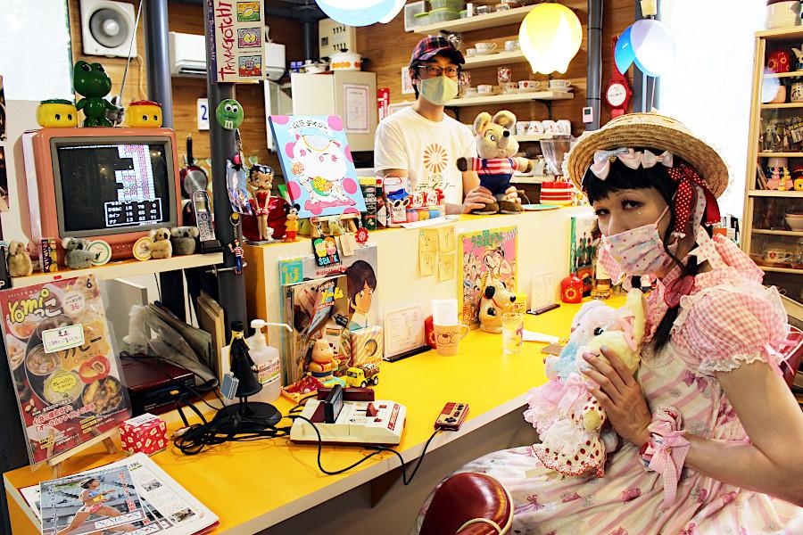 毎週、大阪から訪れる常連の佳菜子さん。懐かしのドラゴンクエスト2を攻略中。「ここにいると周辺の美味しい店情報が入ってくるんです。常連はみんなハシゴして、違うお店で常連同士がバッティングすることも」と話す