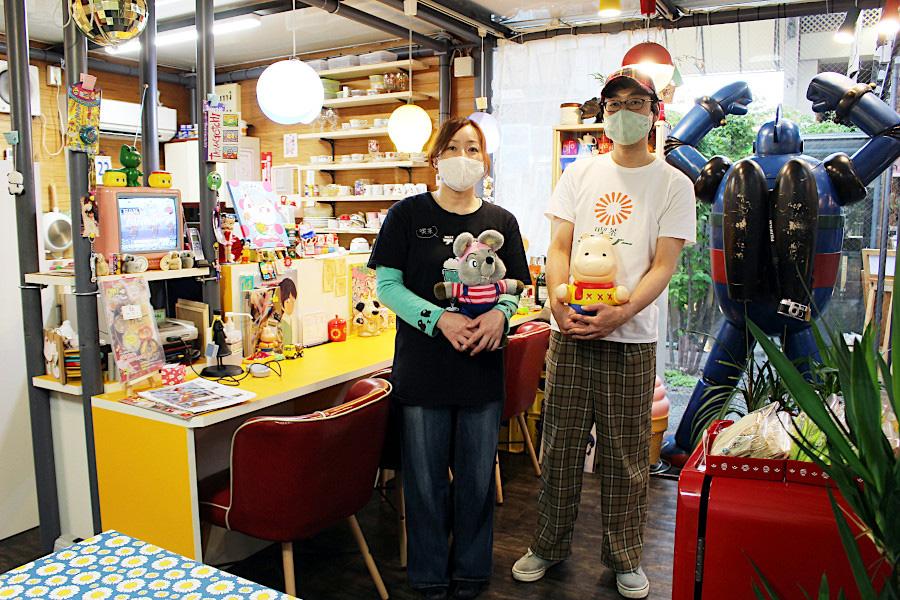 昭和平成レトロが大好きで「夢の場所をつくりました」と語る和泉さん夫婦。恵美子さんはガラス工芸の講師も務め、トンボ玉ワークショップも不定期で開催(6月15日、6月19日予定)。