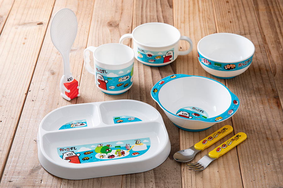 3分割プレートやスプーンなど、子ども用の食器がラインアップ。お子様用ちゃわんには滑り止めが付いている。