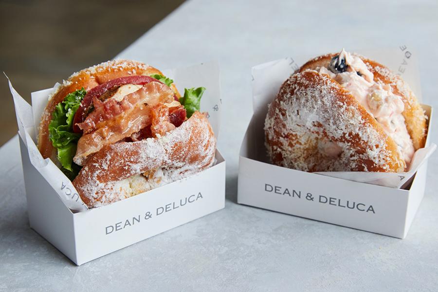 左から新商品のドーナツサンド「ケイジャンチキン」「ベリーベリークリームチーズ」