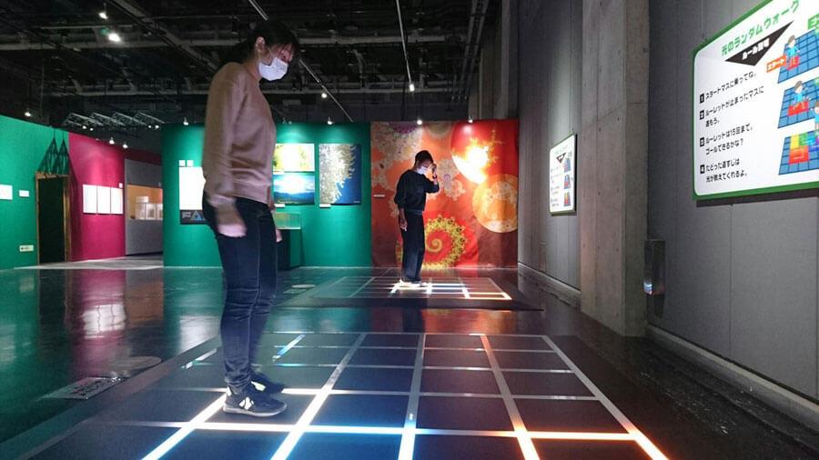 「ブラウン運動」を使ったゲーム、名古屋会場(名古屋市科学館・2021年)の様子