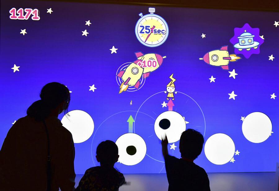 ボールを投げるゲームで学ぶ「光電効果」、名古屋会場(名古屋市科学館・2021年)の様子