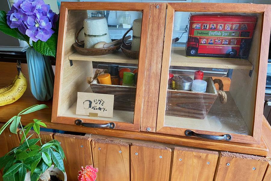 陳列するパンがない時はスパイスや紅茶を入れて、インテリアとしても活用している