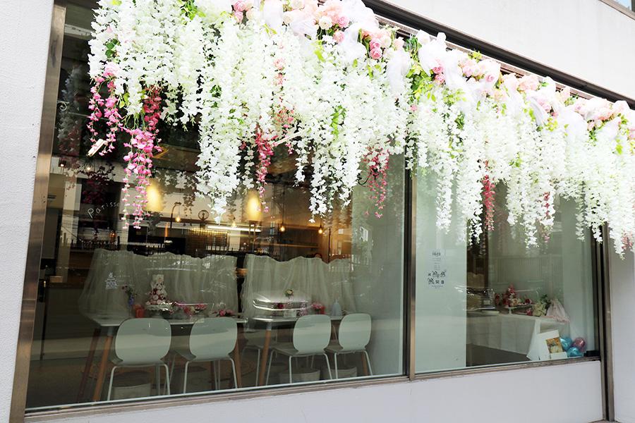 パリのカフェをイメージした、フラワーオブジェが目印。これを撮影するのを楽しみに来るお客様も多いため、雨の日は店内に飾るのだという