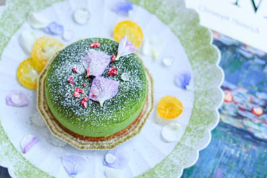 平日のタルト専門店 iuenの「タルトモネ」(700円)は、モネの絵画「睡蓮」をイメージ。プラス300円で、購入したケーキをアートに盛り付けるサービスもある 写真提供:iuen