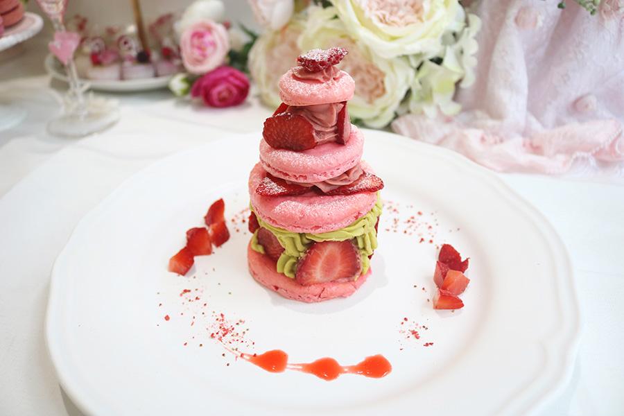 マカロンを使用した、お姫さまが耐えるケーキをイメージした美しい「プリンセスショートケーキ」(1700円)