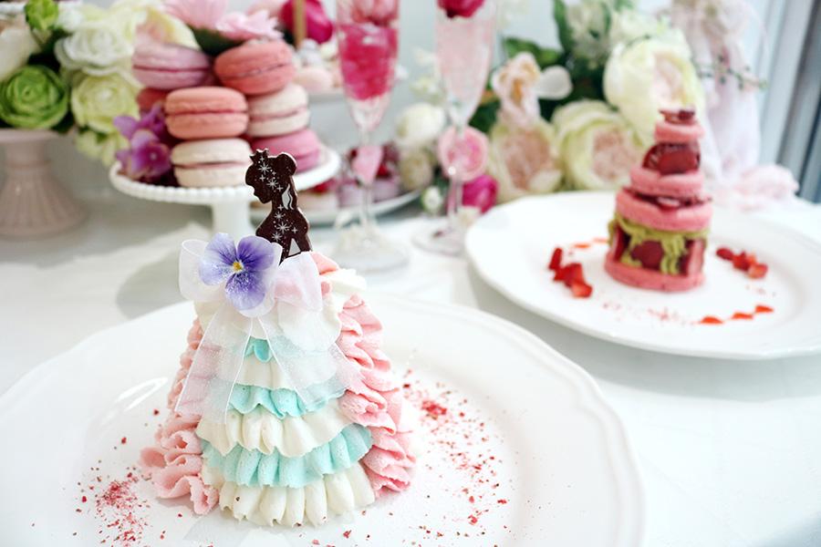 自然光にケーキが映える窓際のフォトスポット。小道具も自由に移動でき、2つのケーキを並べて撮影するのが人気。売り切れることが多いため予約がおすすめ