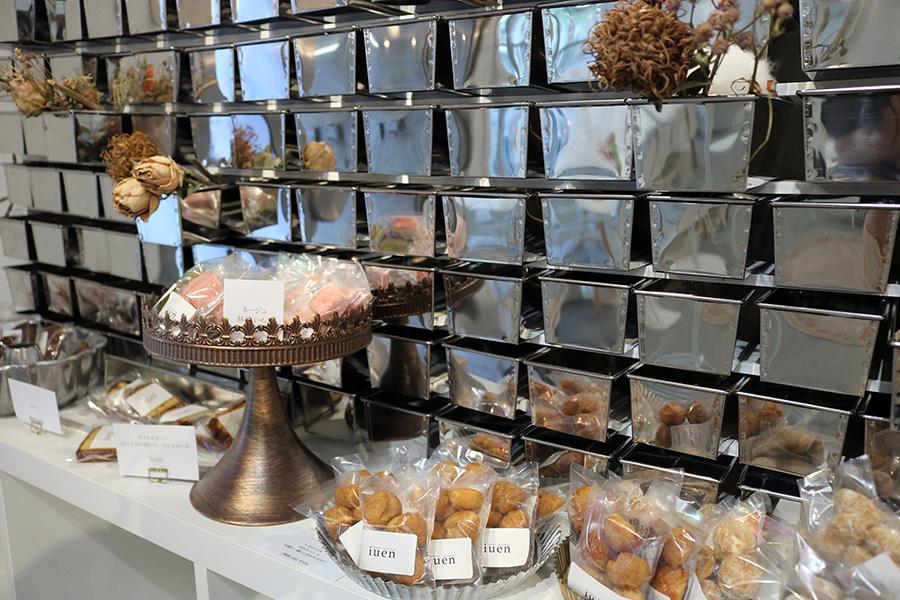 ビスキュイやパウンドケーキなどの焼き菓子(160円〜)は、お土産にも