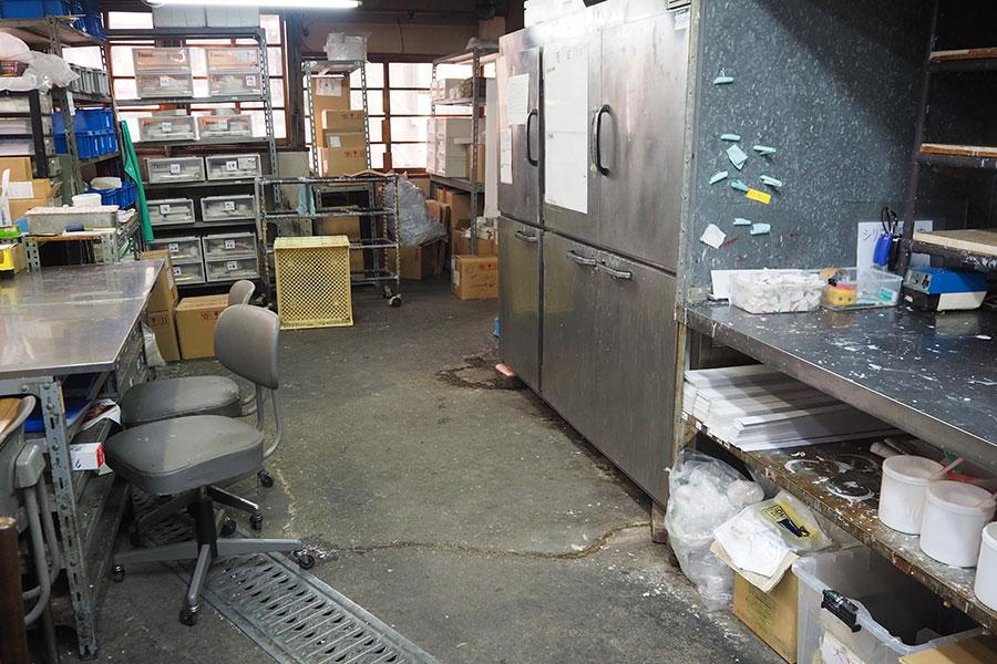 工場入口の作業場では、まず本物のメニューを細かく分析した「製作仕様書」が作成される