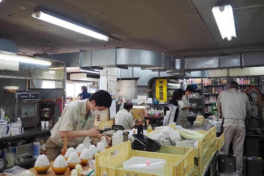 本社に隣接する「大阪工場」では、2フロアで多ジャンルのサンプルを製作。手前では、かき氷を製作中。工場では季節ものを2~3カ月前倒しで作ることが多いという
