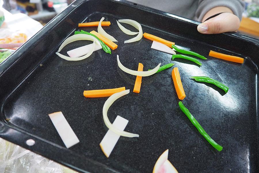 ナポリタンのサンプルに使われる野菜。細切りや炒められた感がリアル