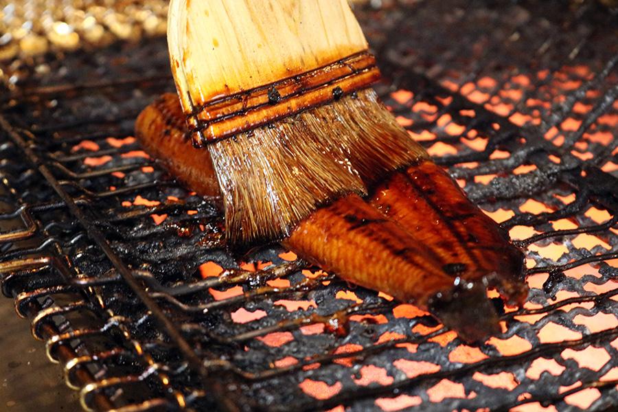 肉厚なうなぎは、店舗オリジナルのタレで焼き上げる