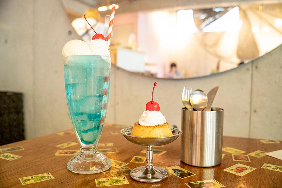 左から「tosaboriクリームソーダ」(680円)、「蘭王プリン」(500円)