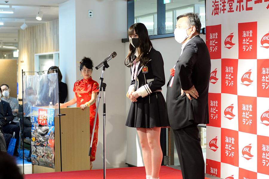 YouTubeチャンネル「宮脇センムチャンネル」で宮脇修一センムと共演するNMB48・梅山恋和も式典で登壇。オープンに花を添えた
