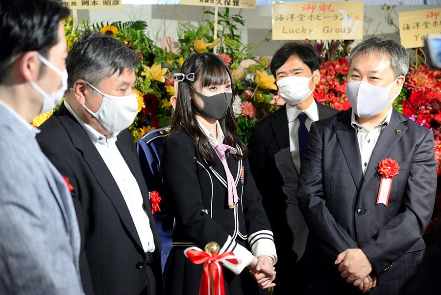 プレオープン式典に参加したNMB48・梅山恋和(中央)