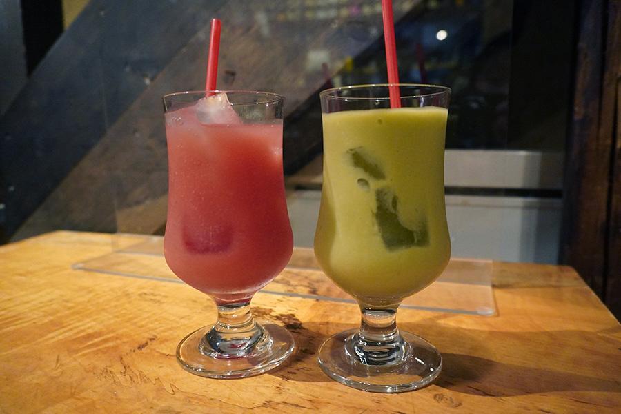 「やさいのスムージードリンク」各500円。左がトマトベースで、右がアボカドベースのスムージー。野菜とフルーツをバランスよくミックスさせ、さっぱりと飲みやすい口当たり