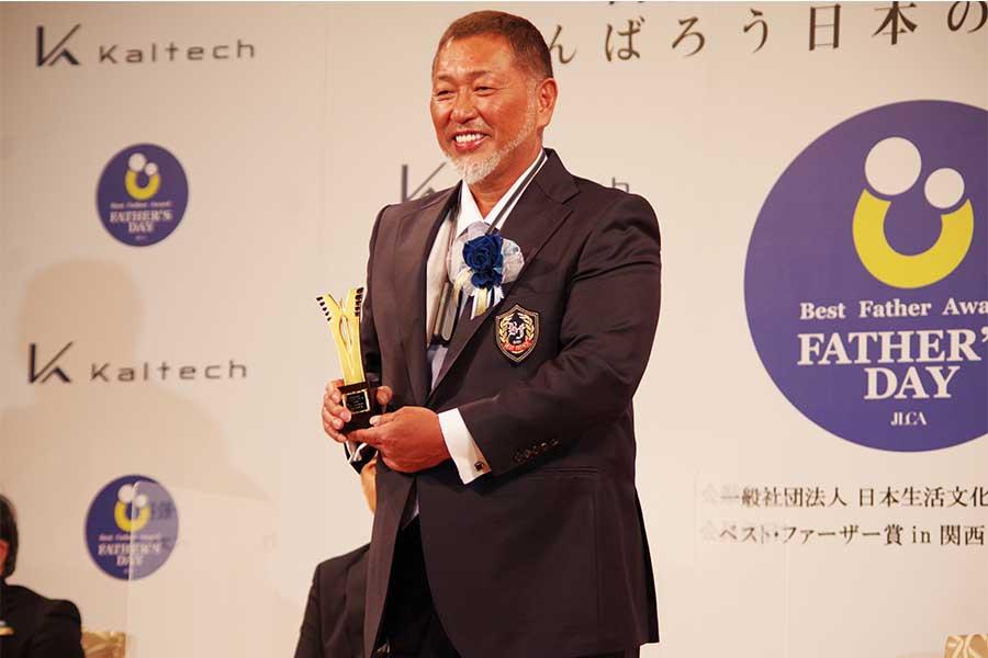 ベストファーザー賞受賞で笑顔を見せる清原氏