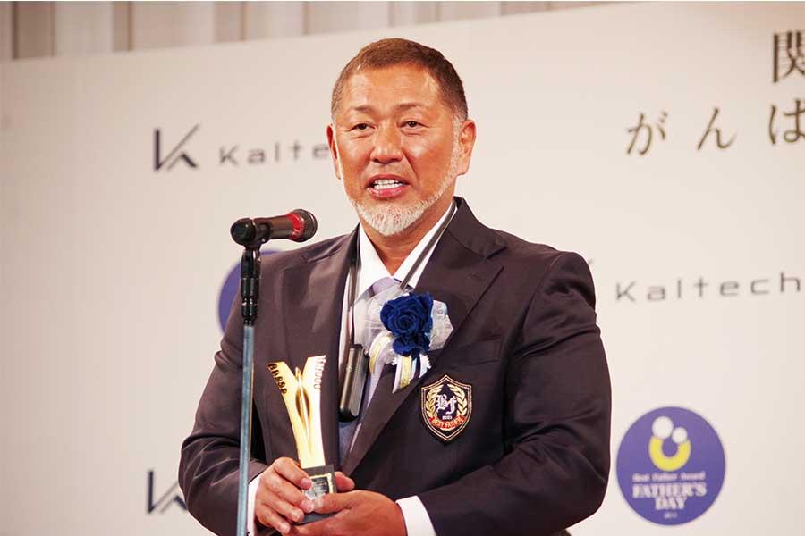 ベストファーザー賞受賞でコメントする清原和博氏