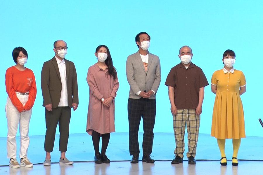 座長作法を学ぶ若手座員(左から、咲方響、もりすけ、服部ひで子、大黒ケイイチ、多和田上人、森田まりこ)(C)MBS
