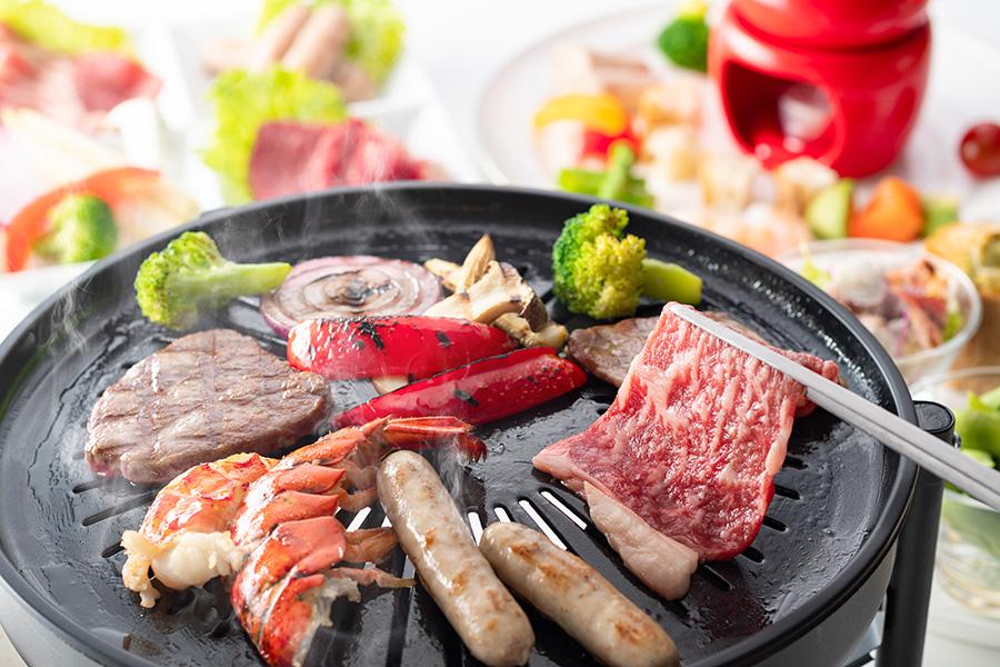 BBQプランはイベリコ豚や牛フィレ肉など、好きな肉から選ぶことができ、各セットに、枝豆、フライドポテト、シーザーサラダ、ガーリックトーストが付く(3300円〜)