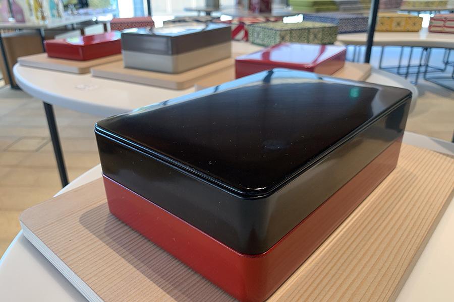 文庫箱「MUG」(マグ)。気軽に使える樹脂素材で、重ねて使用できる。4730円