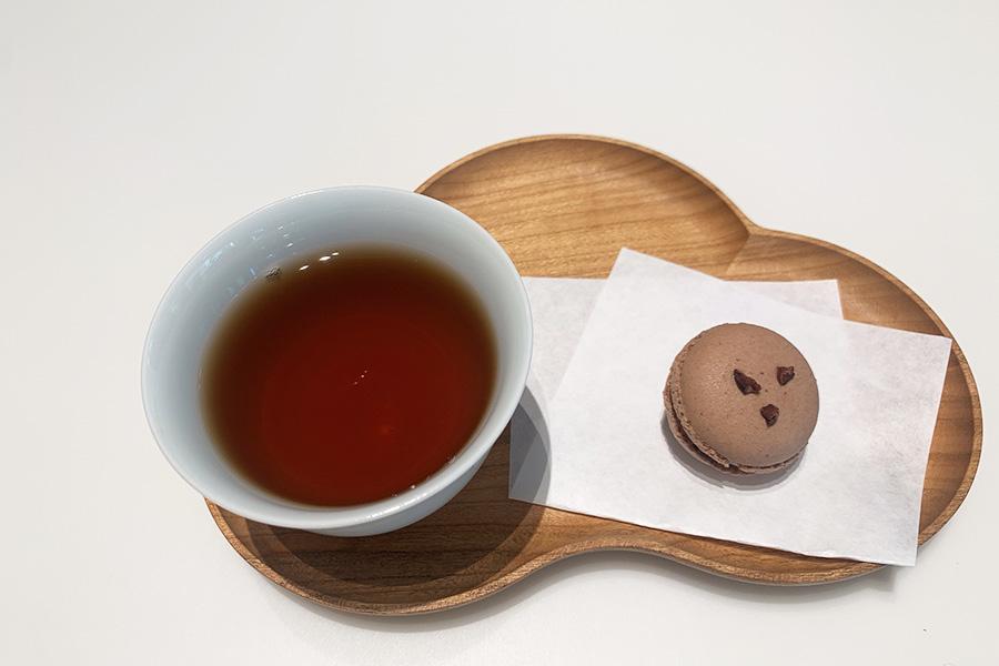 「一保堂茶舗」のあたたかいほうじ茶とフレンチレストラン「MOTOI」製のアマゾンカカオと木苺のマカロン385円