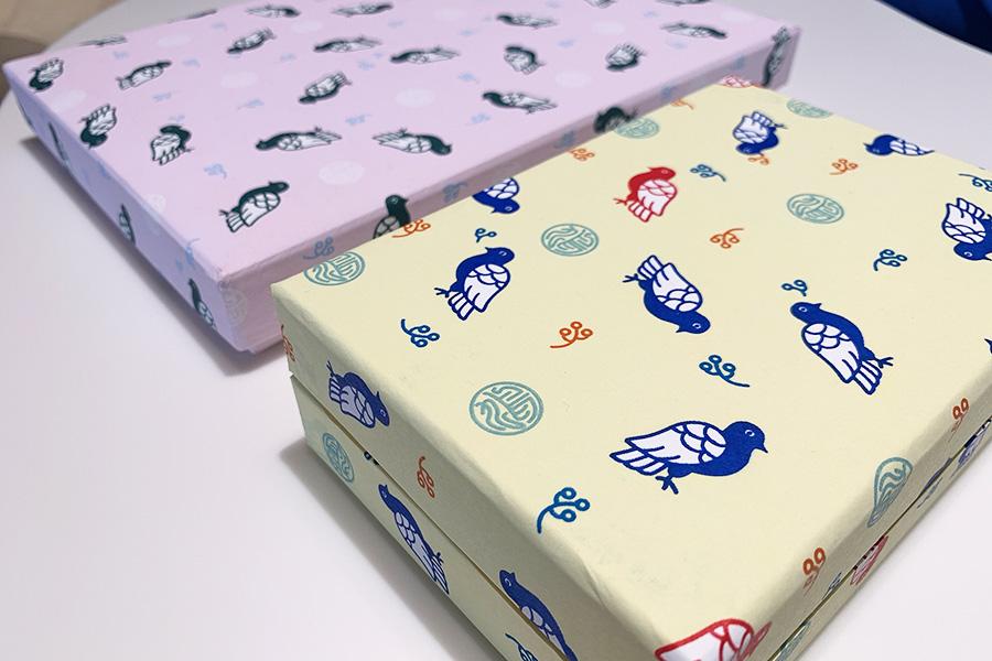 鳩をあしらったかわいい新柄、ayabatoシリーズ。文庫便せん1815円、文庫葉書1100円