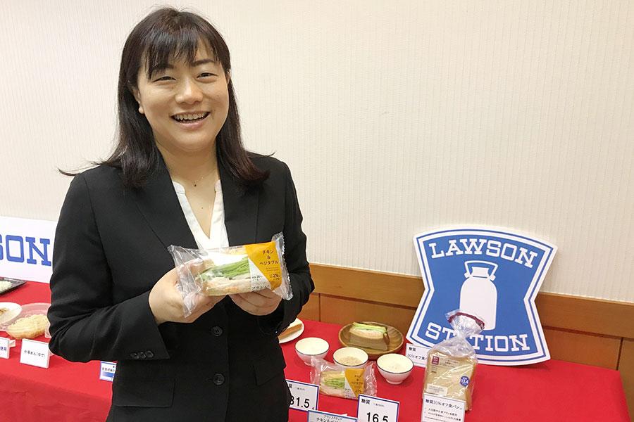 「ブラン入りサンド チキン&ベジタブル」を担当した商品本部 コンセプト開発部チーフマーチャンダイザーの村田文子さん