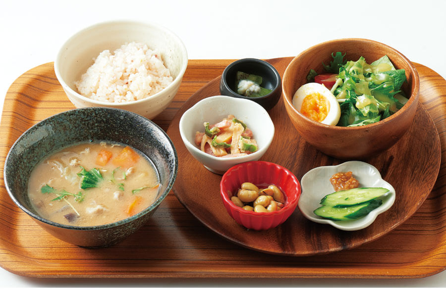 「糀屋雨風」の雨風豚汁定食は、糀を使った小鉢が勢ぞろい