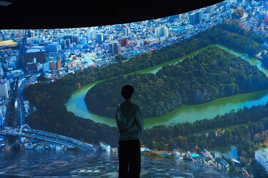 「仁徳天皇陵古墳」を鳥の目で見ることができる「百舌鳥古墳群ビジターセンター」の巨大スクリーン