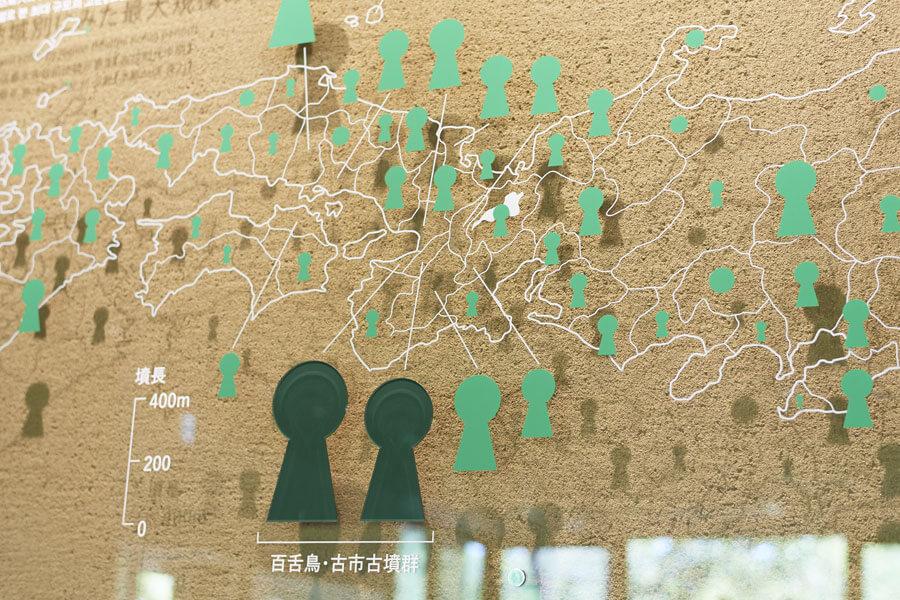 全国にある古墳を示すパネル展示