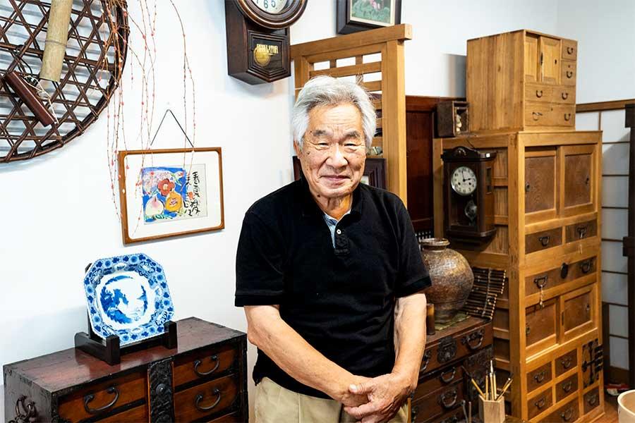 明治時代の骨董家具などを取り扱う名倉さん