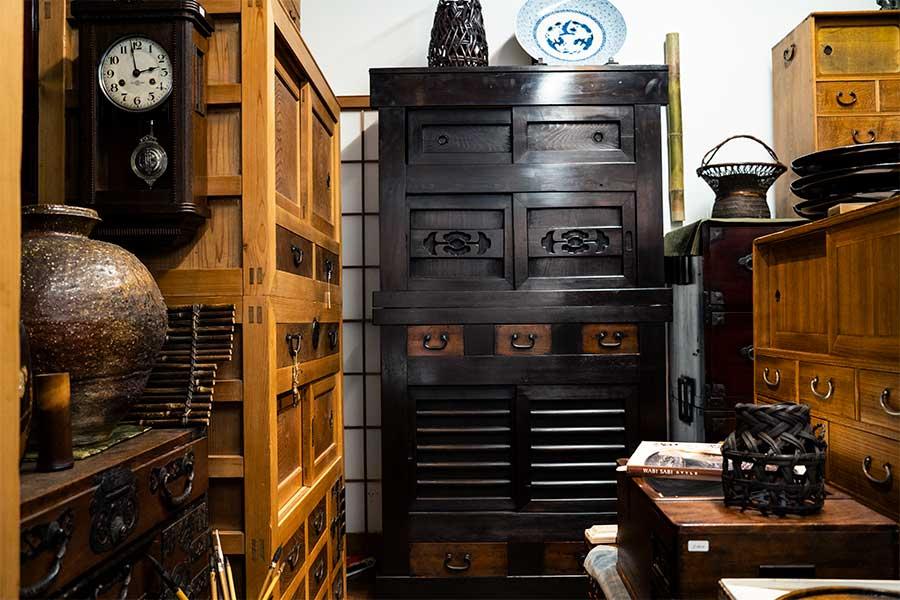 撮影に協力いただいた西天満の骨董品店「ANTIQE JOY NAKURA」。写真の水屋は滋賀・京都地方でよく見られる形のもの、8万8000円