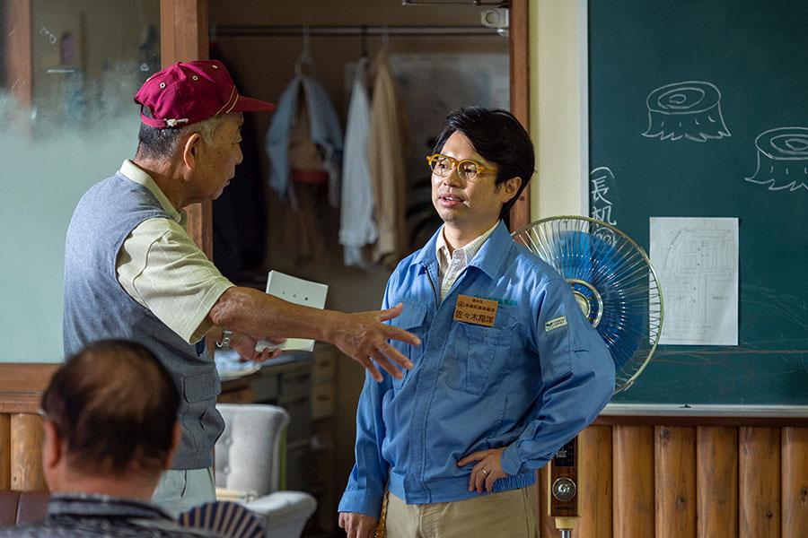 話し合う翔洋(浜野謙太)と川久保(でんでん)(C)NHK