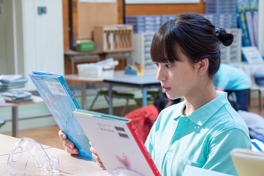 天気の絵本を見つめる百音(清原果耶)(C)NHK