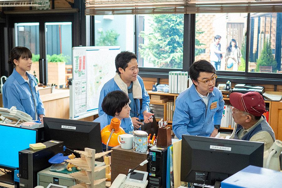 森林組合の職員と百音(清原果耶)(C)NHK