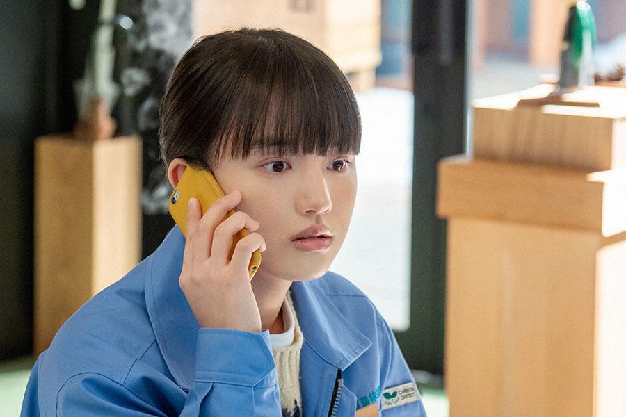 電話で話す百音(清原果耶)(C)NHK