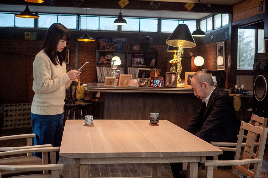 ジャズ喫茶で待つ百音(清原果耶)と田中(塚本晋也)(C)NHK