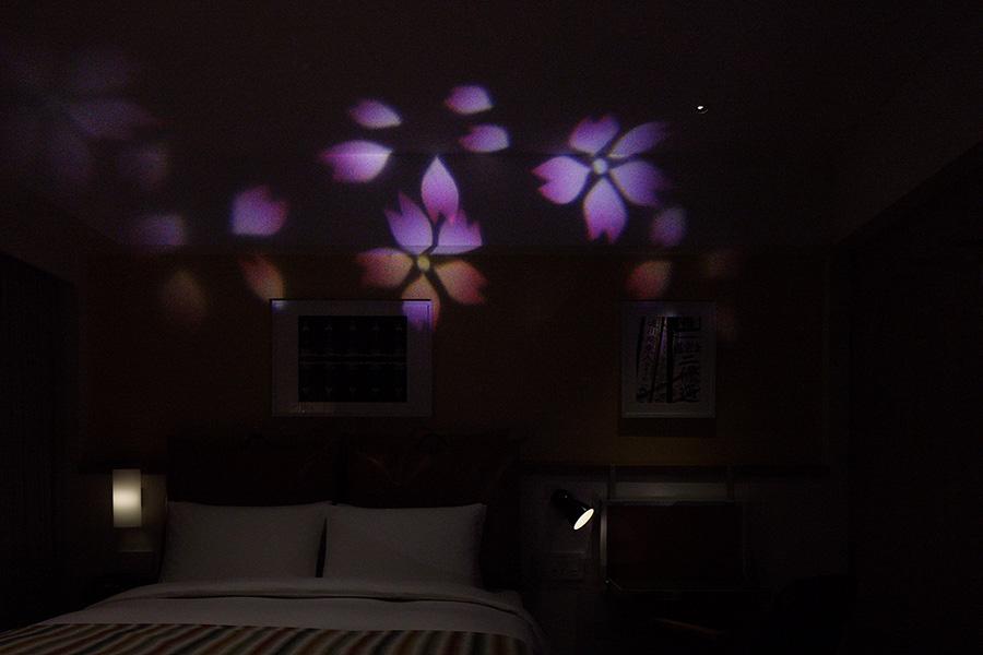 「さくら」の客室ではプロジェクターで桜模様のデザインを映し出す。「もみじ」の客室では紅葉のデザインに