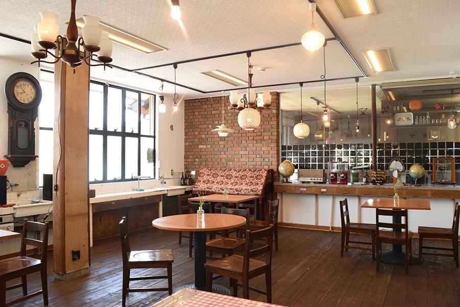 元診察室だった空間を利用した食堂。オープンにあたり、神戸のレトロ家具・雑貨のショップ「神戸トランヂスタ」が演出協力