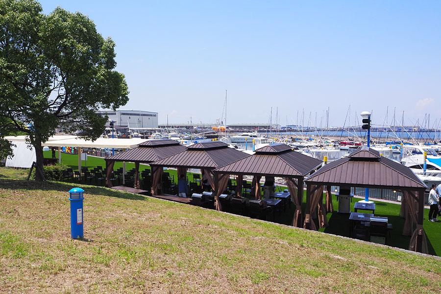 「N GRILL」のメインエリア。海岸沿いに常設のテントが設置されている
