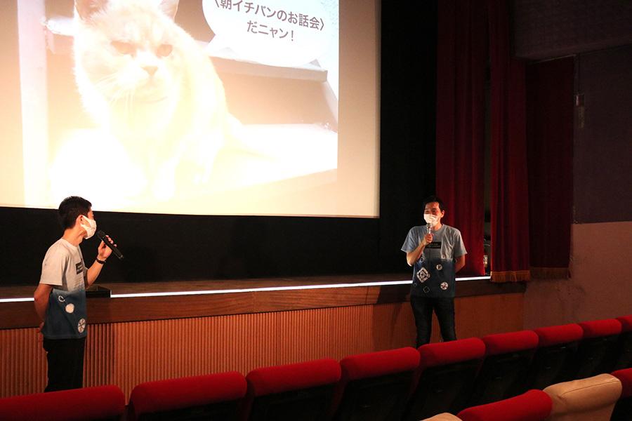 松本大樹監督(右)と小山岳志支配人が「朝イチバンのお話会」でトークを披露(13日撮影)
