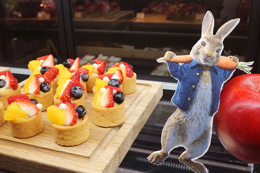 「強奪フルーツのタルト」。ブッフェ台にも、ピーターと仲間たちが顔を出す